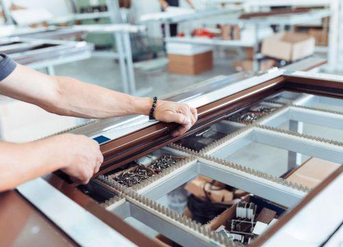 Reformas integrales en Alcala de Henares carpintería de aluminio un trabajador con ventana