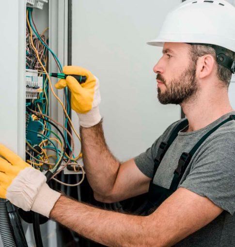 Reformas integrales en Alcala de Henares electricistas un trabajador