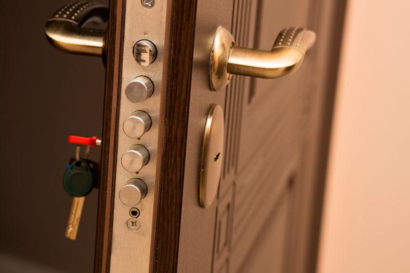 Reformas integrales en Alcala de Henares puerta acorazada